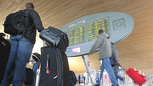 Un passager à l'aéroport Paris-Charles de Gaulle, le 27 décembre.