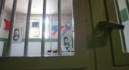 Une cellule de la prison d'Evin, décorée à l'aide de portraits d'imams chiites, en juin 2006.