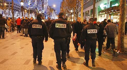 Des gendarmes déployés sur les Champs-Élysées, à Paris, pour prévenir d'éventuels débordements. L'année dernière 1.147 voitures ont été incendiées.