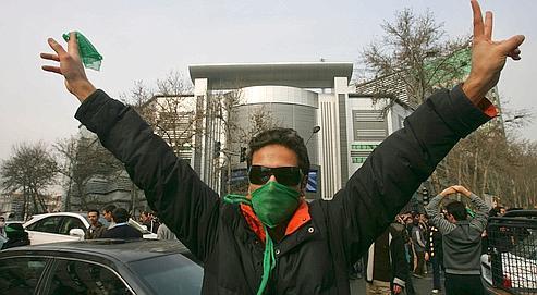 Les opposants iraniens, soudés autour delacouleur verte, continuent àbraver lepouvoir etsarépression.