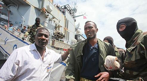 Le 15 avril 2009,la frégate française Nivôse a interceptéet arrêté11 pirates, à900 kilomètres au large du Kenya. Une semaine plus tard, les pirates sont remisaux autorités kenyanes dans le port de Mombasa (notre photo).