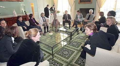 Nicolas Sarkozy est venu prendre l'apéritif avant le déjeuner des treize femmes ministres, mardi, au ministère de la Justice.