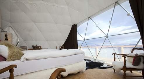 Situé au-dessus de Choex en Suisse, le Whitepod Resort est un campement chic et écolo composé de quinze tentes blanches en forme de bulles (les « pods »), éclairées à la lampe à pétrole et chauffées d'un poêle à bois. (DR)