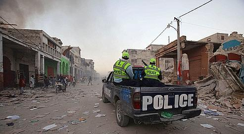 Pour éviter la multiplication des pillages, une voiture de police patrouille dimanche dans le centre de la capitale.