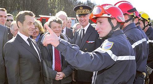Nicolas Sarkozy et Jean-Louis Borloo, ministre de l'Environnement, lors d'une visite, mardi, au village de Carbuccia, en Corse.
