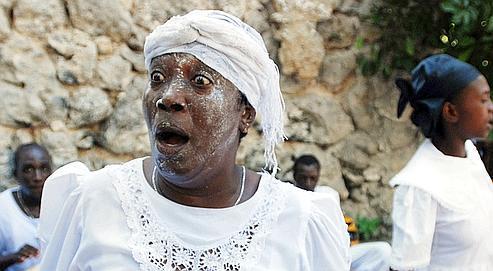 Une croyante en transe durant les célébrations du jour des morts dans un cimétière d'Haïti, en novembre dernier.