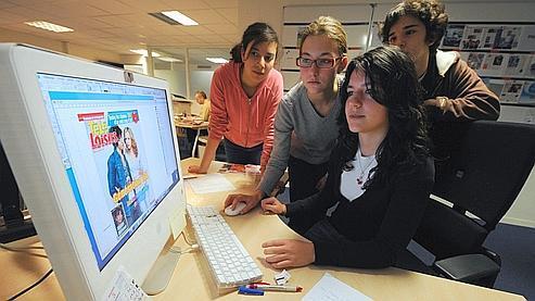 Des élèves de seconde se forment à la publication assistée par ordinateur.