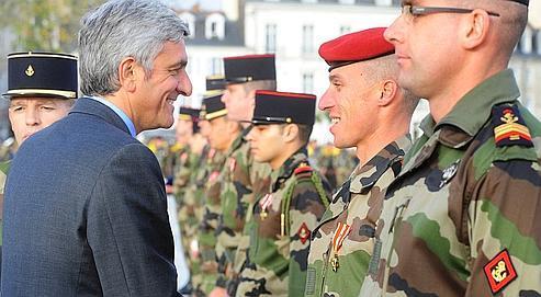 Hervé Morin, en décembre dernierà Vannes, remettant la croix de la valeur militaire à des soldats ayant combattuen Afghanistan.
