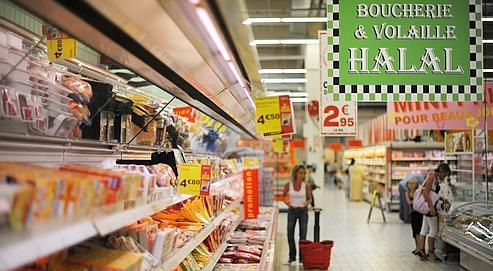 Rayon de boucherie halal dans une grande surface de Illzach, dans l'est de la France.