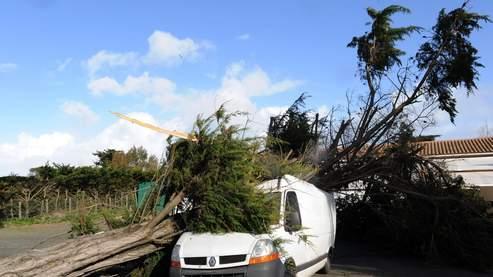 La conjonction des vents violents, de fortes marées et de pluies diluviennes a provoqué d'importants dégâts dans l'Ouest du pays.