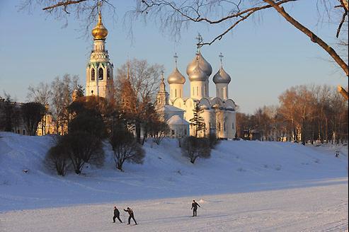 La cathédrale Sainte-Sophie, construite à la demande d'Ivan IV, surplombe la rivière Vologda prise par les glaces. Les enfants s'y retrouvent pour dévaler les berges en luge. (Thomas Goisque/Le Figaro Magazine)