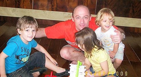 Alain Gerber (ici avec ses enfants) a obtenu la mise en examen de son ex-épouse pour «non-représentation d'enfants».