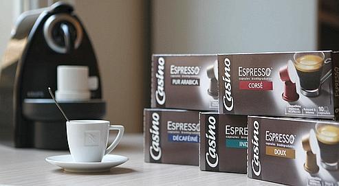 Début mai, Casino commercialisera des dosettes d'espresso, pur arabica et autres décas... compatibles avec les cafetières Nespresso.