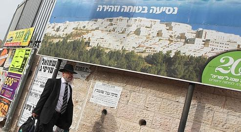 Un ultra-orthodoxe marche dans Ramat Shlomo, un quartier juif de Jérusalem-Est où la construction de 1600 nouveaux logements a été annoncée.