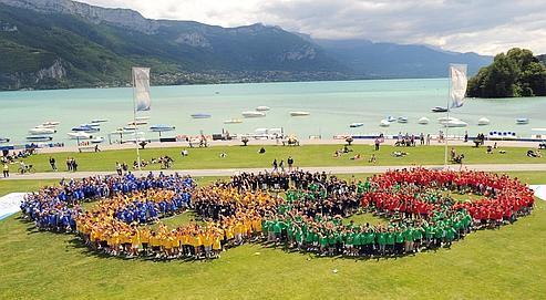 Mille collégiens étaient rassemblés devant le lacà Annecy pour célébrer la journée olympique en juin 2009.