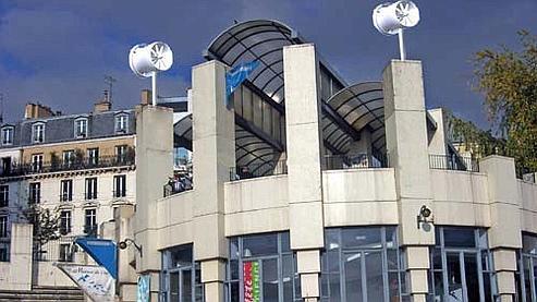 Deux mini-éoliennes ont été installées sur la Maison de l'air, un espace d'exposition dans le XXe arrondissement parisien.