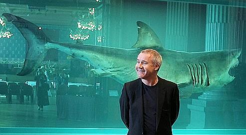 Damien Hirst devant son célèbre requin, qui accueille actuellement les visiteurs du Musée océanographique de Monaco.
