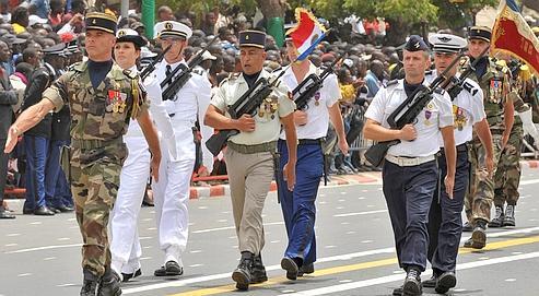 Défilé d'un contingent de l'armée française, hier à Dakar, à l'occasion des 50 ans de l'indé-pendance du Sénégal.