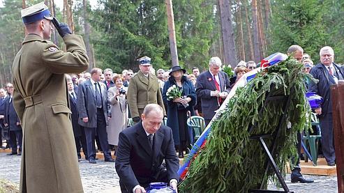 Vladimir Poutine a déposé une gerbe devant le monument aux morts.