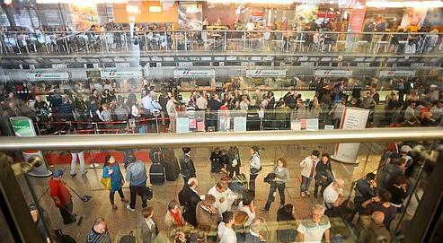 Dans les gares d'Europe (ici: la gare Termini à Rome), les voyageurs privés d'avion étaient nombreux, hier, à tenter d'obtenir des billets de train.