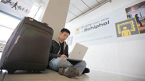 Un passager bloqué à l'aéroport d'Amsterdam surfe sur internet.
