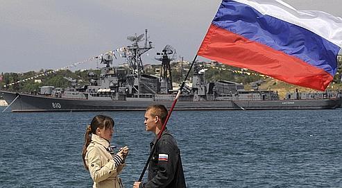 Un couple brandit le drapeau russe lors du 225e anniversaire de la flotte de la mer Noire, le 11 mai 2008, à Sébastopol, dans la péninsule de Crimée.