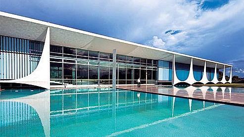 Le palais d'Alvorada (ou palais de l'Aurore) est une oeuvre d'Oscar Niemeyer. Situé en périphérie du centreville, il est le lieu de résidence du président du Brésil, Luiz Inácio Lula da Silva, alias Lula. L'inauguration officielle de la ville eut lieu bien après celle de ce bâtiment (Reportage photo Emile Luider).