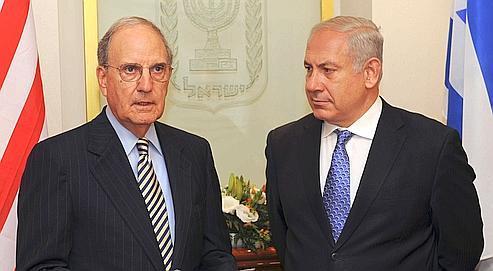 L'émissaire spécial de Barack Obama, George Mitchell (à gauche), et Benyamin Nétanyahou, lors de leur précédente rencontre à Jérusalem, le 23 avril dernier.
