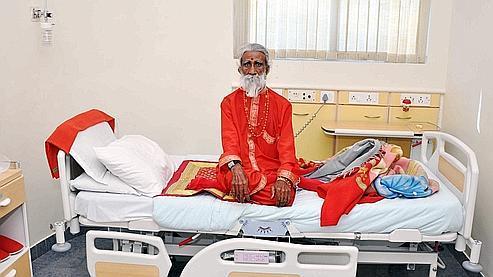 Surveillé 24 heures sur 24 dans un hôpital pendant deux semaines, Prahlad Jani n'a rien mangé, ni rien bu.