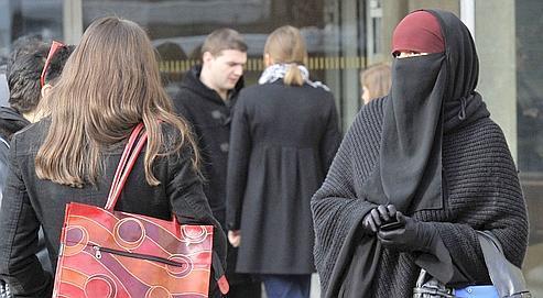 Une femme portant le niqab devant le palais de justice de Lyon.