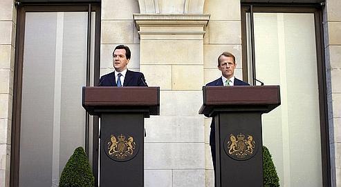 «Nous devons nous attaquer à notre déficit pour éviter que le remboursement de notre dette échappe à notre contrôle», a annoncé hier à Londresle ministre des Finances, George Osborne (à gauche), ici au côté de son adjoint au Trésor, David Laws.
