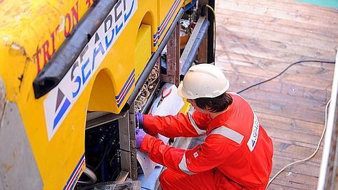Un technicien examine, le 25 mars dernier, un sous-marin qui participe aux recherches des boîtes noires.