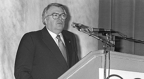 Le Premier ministre Pierre Mauroy prend la parole à la tribune des Assises nationales des retraités et personnes agées à Paris le 1er avril 1983.