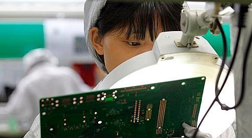 Les employés de l'usine Foxconn font d'épuisantes heures supplémentaires pour doubler leur salaire.