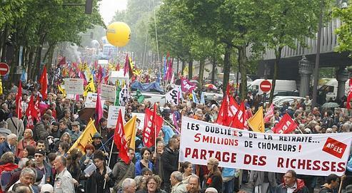 Un défilé sous la pluie, jeudi à Paris, qui rassemblait des manifestants de tous âges.