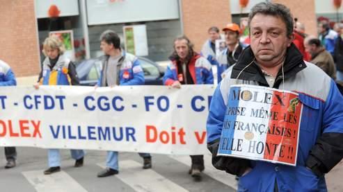 Des salariés de l'équipementier automobile Molex de Villemur-sur-Tarn, menacés de licenciement après l'annonce de la fermeture du site fin juin 2009, manifestent le 14 janvier 2009 devant la préfecture de Haute-Garonne à Toulouse, pour défendre leurs emplois et eviter la délocalisation de leur outil de travail.