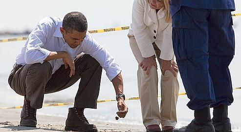 Barack Obama, ici vendredi sur une plage souillée de Louisane.