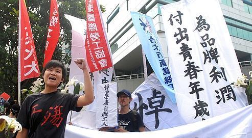 Desmanifestants expriment leur soutien aux salariés de Foxconn, la semaine dernière à Taïpeh, après la tentative de suicide d'un employé d'une usine de la firme taïwanaise implantée à Shenzhen, en Chine.
