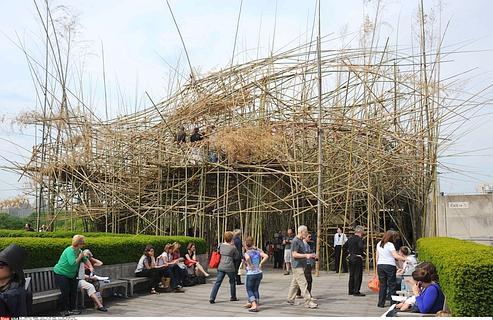 D'ici à la fin de l'été, «Big Bambu, de Doug et Mike Starn, comptera 50000 tiges et fera plus de 15 mètres de haut.