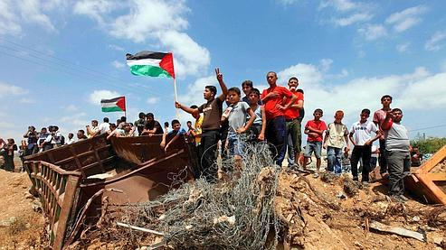 De jeunes Palestiniens près de la frontière israélienne, à l'est de Gaza, le 5 juin dernier.