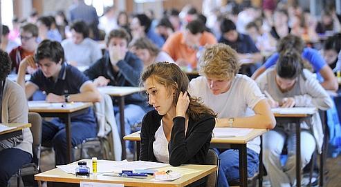 Des lycéens de terminale pendant la session 2009 du baccalauréat.