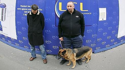 Deux agents de sécurité devant la banque LCL, à Paris.