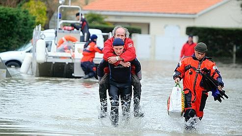 Évacuation par les pompiers d'un habitant victime de la tempête Xynthia,