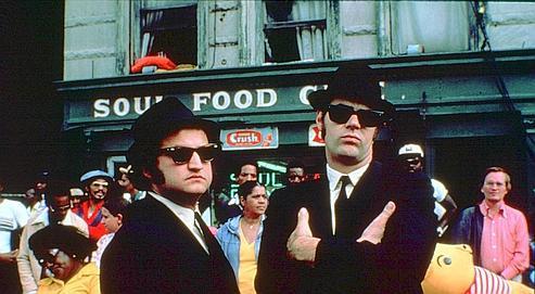 John Belushi et Dan Aykroyd incarnant les Blues Brothers, en 1980.