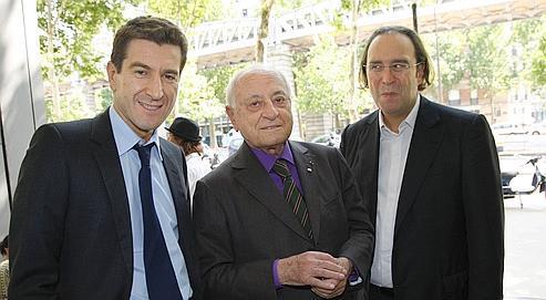 Matthieu Pigasse, Pierre Bergé et Xavier Niel dans le hall d'entrée du Monde.