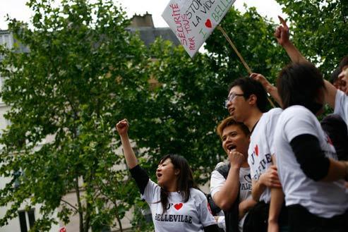 C'était le 20 juin dernier. Une grande première : près de 10 000 immigrés asiatiques défilent dans les rues de Belleville. Les jeunes, qui portent des tee-shirts proclamant leur attachement à ce quartier de la capitale, demandent à la France de les protéger. (Fanny Tondre)