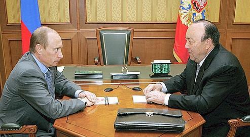 Mourtaza Rakhimov (ici à droite, face à Vladimir Poutine), a notamment été accusé de corruption et d'extorsion dans un reportage de la chaîne fédérale russe NTV.