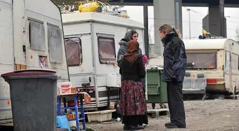 À la suite de la réunion, ce mercredi, à l'Élysée, le ministre de l'Intérieur, Brice Hortefeux, a réaffirmé qu'il sera procédé à la reconduite «quasi immédiate» en Roumanie et en Bulgarie des Roms ayant commis des atteintes à l'ordre public. (crédits photo Philippe Huguen/AFP)