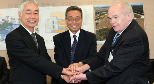 Osamu Motojima, le directeur du projet Iter, Kanama Ikeda, l'ancien directeur d'Iter et Evgueni Velikhov, président du conseil Iter, ce mercredi à Cadarache. (crédits photo : Claude Paris/AP)
