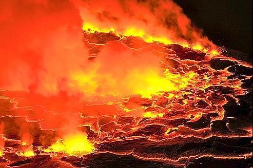 Mue par des remontées permanentes de gaz, la surface du plus grand lac de lave du monde se déchaîne dans le cratère du Nyiragongo, provoquant des vagues de magma dont la température s'élève à plus de 1000 °C. (Olivier Grunewald)
